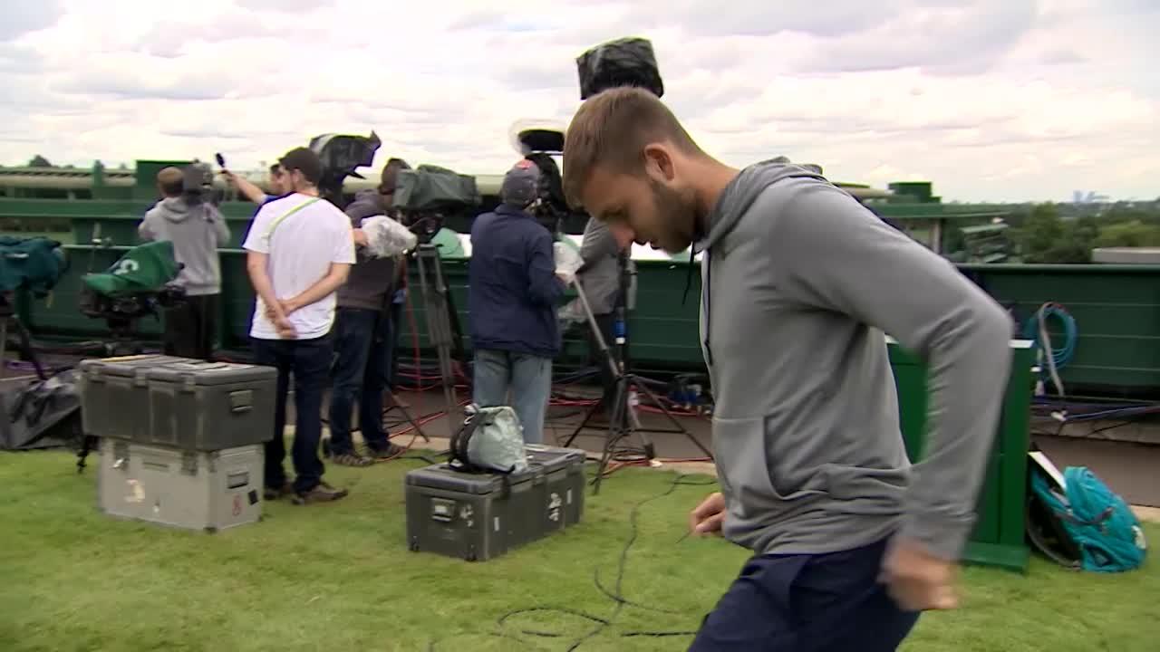 Dan Evans shows off his #wimbleskills