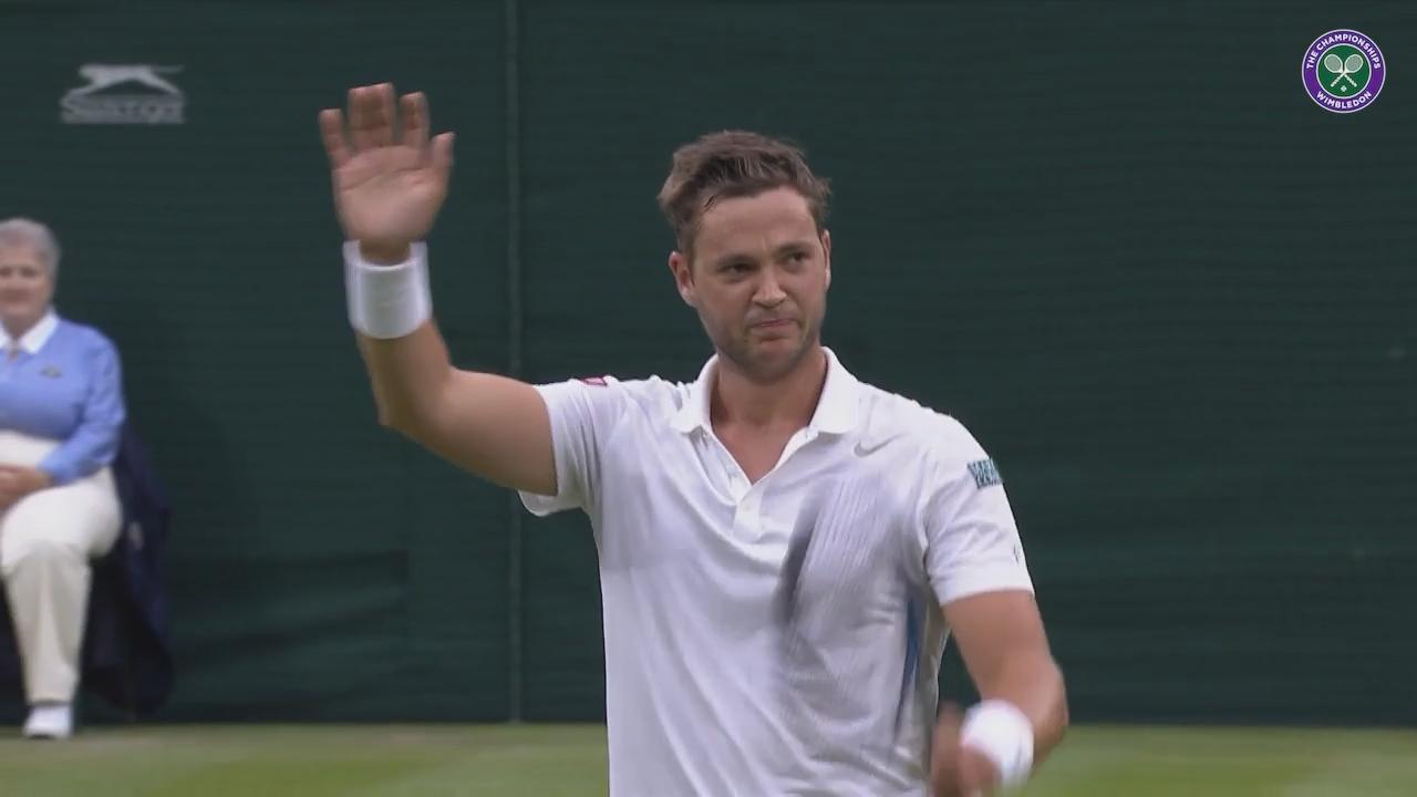 Federer hangs back to let Willis soak up Centre Court applause